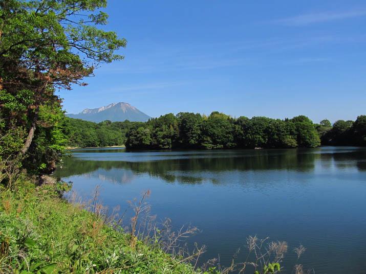 130524 岡成池と逆さ大山.jpg