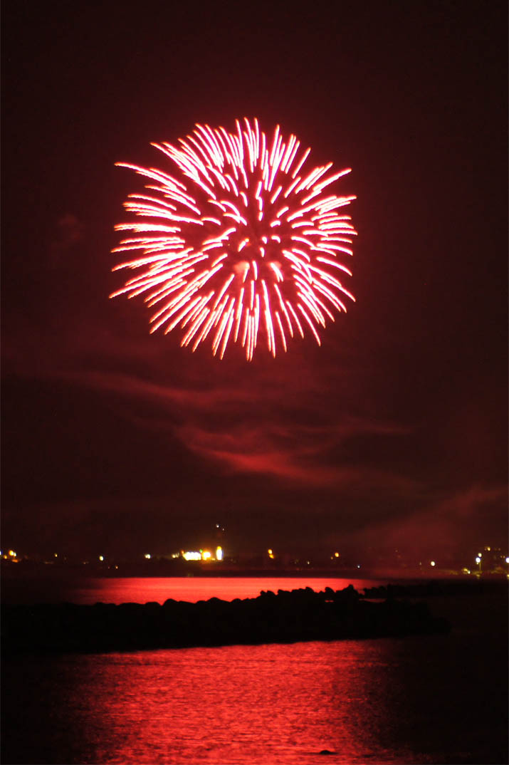 130815 海面に映る赤い花火.jpg