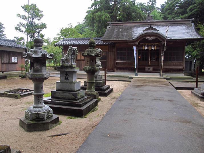 130915 三輪神社 雨に濡れた境内.jpg