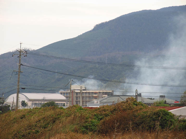 130929 淀江中学と煙.jpg