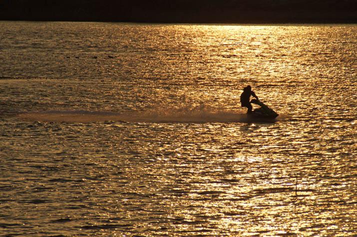 131201 日野川河口のジェットスキー.jpg