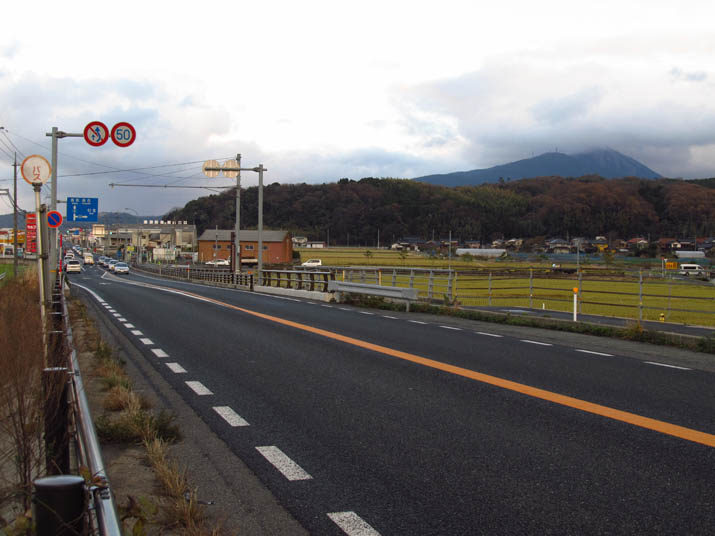 131213 9号線と壺瓶山.jpg