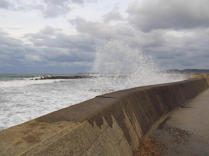 131216 防波堤を越えて波しぶき.jpg
