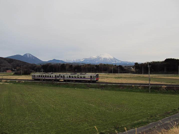140304 大山と普通列車.jpg