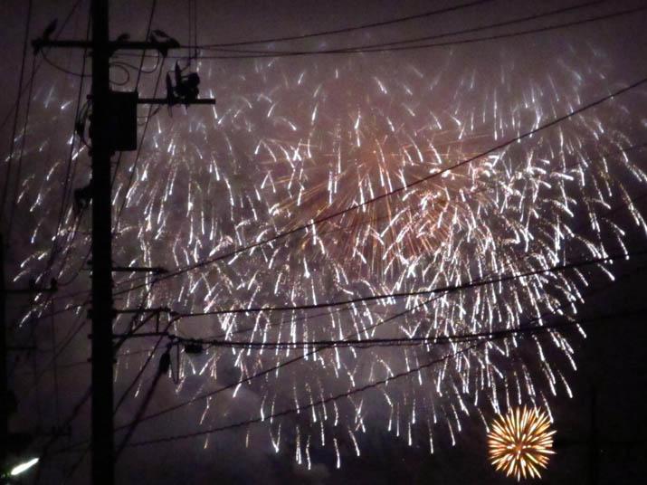 140815 電柱と淀江の花火.jpg