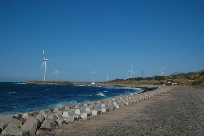 美保湾の海岸線から見る風車.jpg