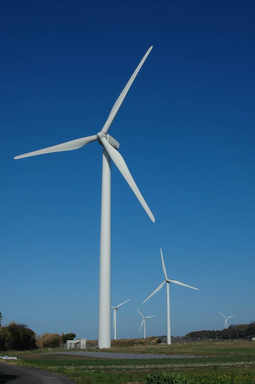 そびえ立つ大山町の風車.jpg