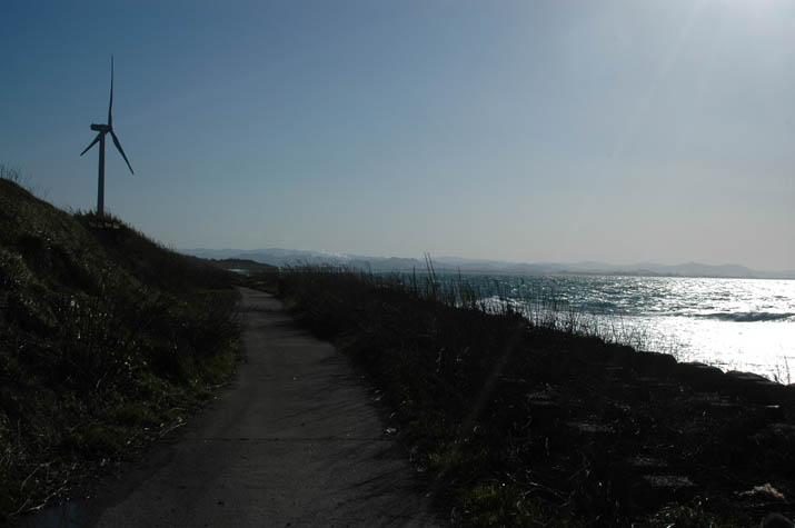 美保湾岸に建つ風車.jpg